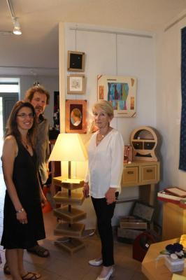 Edith Balay expose les objets et meubles en carton qu'elle a créés
